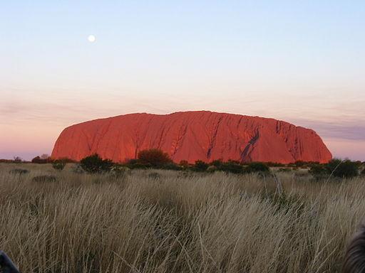 512px-Paul_Mannix_-_Uluru_(Ayers_Rock)_at_sunset,_Uluru-Kata_Tjuta_National_Park,_Australia_(by-sa)