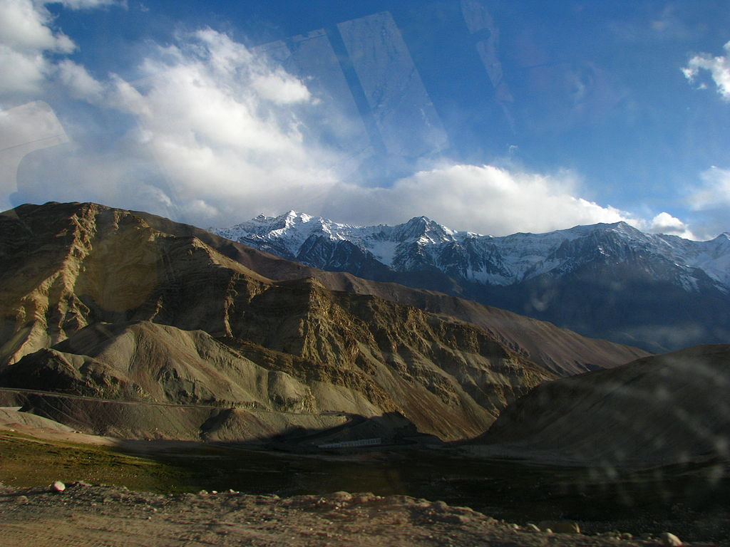 1024px-India_-_Ladakh_-_Travel_-_028_-_beautiful_scenery_on_the_way_towards_Srinagar_(3909076323)