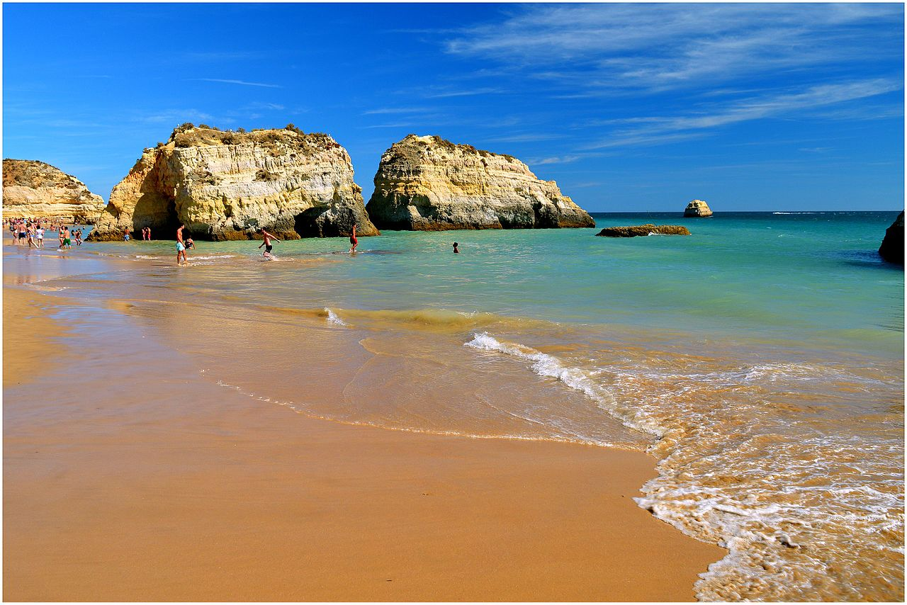 1280px-Algarve,_Portugal_2015_-_Praia_dos_Tres_Irmaos_(20961548921)