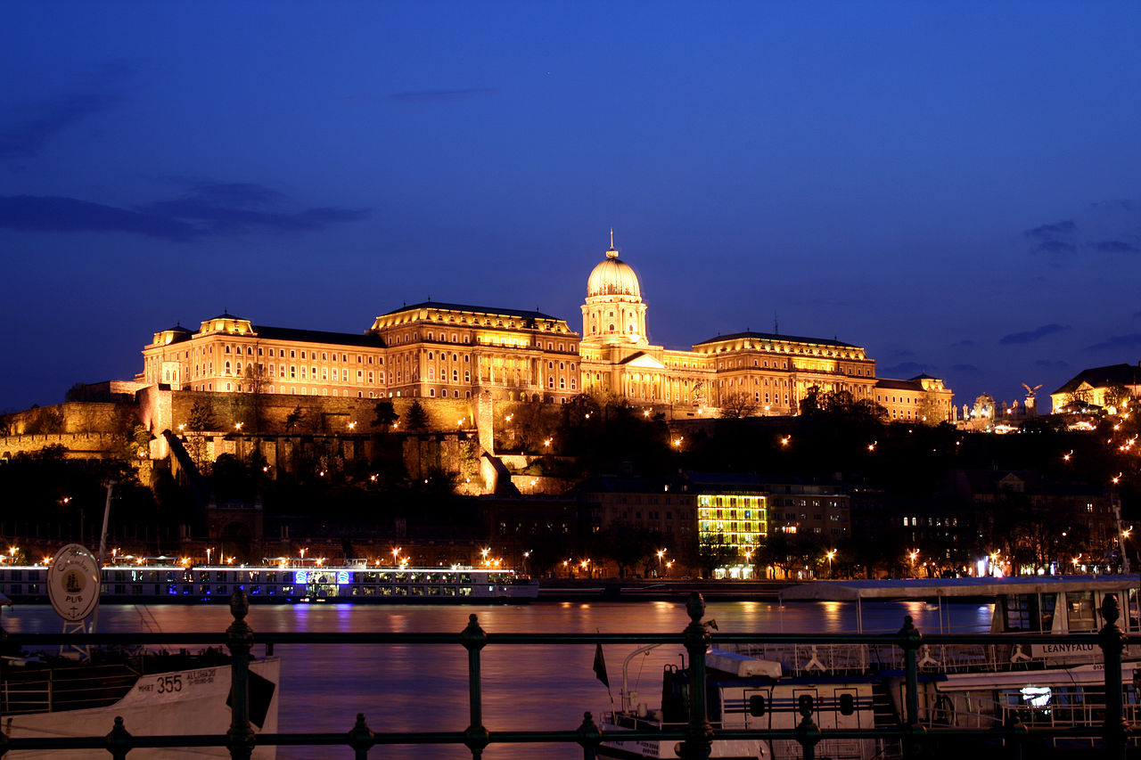 1280px-Budapest_castle_night_5
